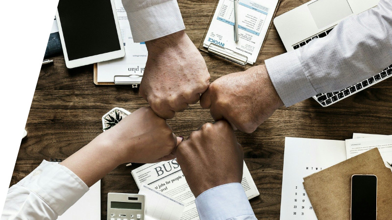 ビジネスパートナーと力をわせる