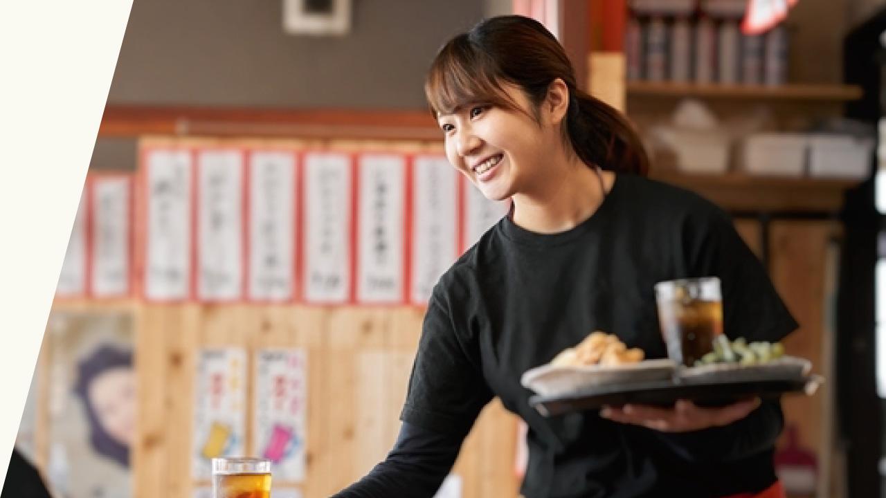 居酒屋で働く女性